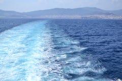 Traînée de ferry sur l'eau Photographie stock libre de droits