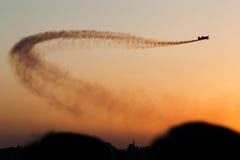 Traînée de fumée au-dessus de ciel Photo stock
