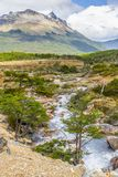Traînée de Laguna Esmeralda avec la forêt, le courant et les montagnes Image libre de droits