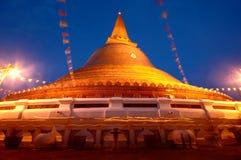 Traînée de lumière de bougie de cérémonie illuminée par des bougies au crépuscule, Thaïlande Photographie stock libre de droits