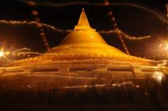 Traînée de lumière de bougie de cérémonie illuminée par des bougies la nuit, Thaïlande Images stock