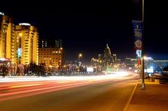 Traînée de lumière de quai de pont de nuit d'Astana Photos libres de droits