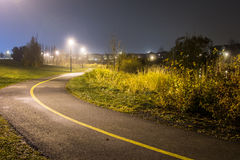 Traînée de marche la nuit dans le brouillard Photo stock
