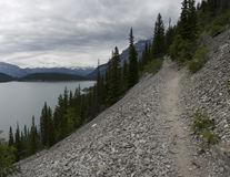 Traînée de Minnewanka de lac Photo stock
