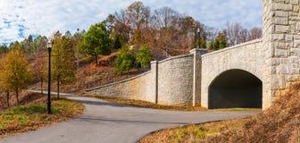 Traînée de parc de Piémont et pont de pierre, Atlanta, Etats-Unis Photographie stock libre de droits