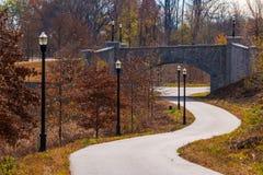 Traînée de parc de Piémont et pont de pierre, Atlanta, Etats-Unis Images libres de droits
