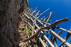 Traînée de route de pierre de danger de la mort en montagne sur l'île tropicale Image libre de droits