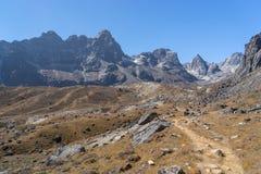 Traînée de trekking au passage de Chola, région d'Everest image stock