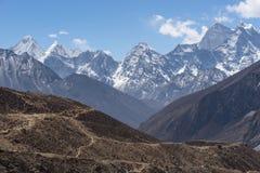 Traînée de trekking au passage de Thukla avec la crête de montagne de Kangtega, Evere Image stock