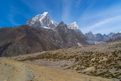 Traînée de trekking de Dingboche au village de Lobuche, région d'Everest photographie stock