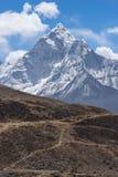 Traînée de trekking devant la montagne d'Ama Dabalm image stock