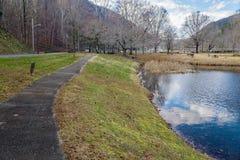 Traînée et lac de marche chez Smith Mountain Dam Picnic Area photographie stock libre de droits