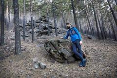 Traînée fonctionnant dans la forêt images libres de droits