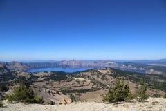 Traînée haute au-dessus du lac crater Photo libre de droits