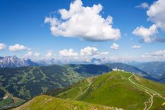 Traînée inclinée de X-line de cyclistes de montagne de Schattberg-Ost, Saalbach-Hinterglemm Image libre de droits