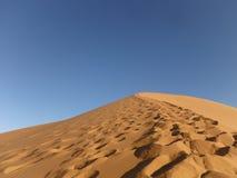 Traînée par Sahara Desert marocaine Photos stock