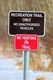 Traînée récréationnelle et aucun signe de chasse Photographie stock libre de droits