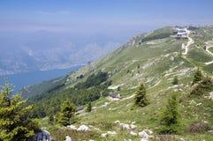 Traînée touristique Alta Via del Monte Baldo, manière d'arête en montagnes de policier photo stock