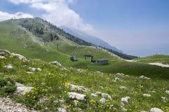 Traînée touristique Alta Via del Monte Baldo, manière d'arête en montagnes de policier image stock