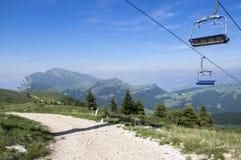 Traînée touristique Alta Via del Monte Baldo, manière d'arête en montagnes de policier, benne suspendue image libre de droits