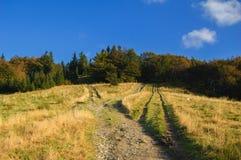Traînée touristique dans les montagnes dans le beau paysage Images stock