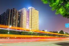 Traînées ardentes de lumière sur la route urbaine Photographie stock