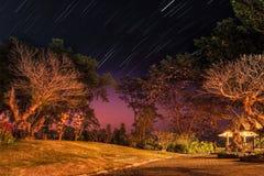 Traînées d'étoile au crépuscule au-dessus de Doi Tung, Chiangrai, Thaïlande photos stock