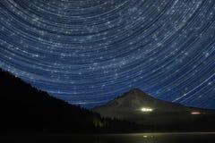 Traînées d'étoile au-dessus de capot de bâti Images libres de droits