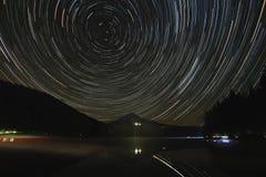 Traînées d'étoile au-dessus de capot de bâti au lac Trillium Photos libres de droits