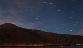 Traînées d'étoile au-dessus de montagne Images stock