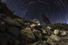 Traînées d'étoile au-dessus de rocher Photo libre de droits