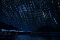 traînées d'étoile autour chez Mae Ping National Park photographie stock