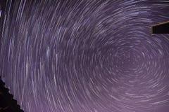 Traînées d'étoile avec des avions et des météorites photographie stock