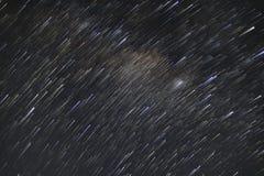 Traînées d'étoile de la galaxie de manière laiteuse tirée avec la longue technique d'exposition où beaucoup d'autres étoiles sont images stock