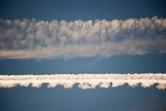 Traînées d'avions de Horizondal dans le ciel Photo libre de droits