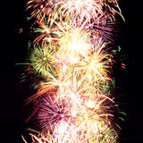 Traînées de feu d'artifice en ciel de nuit, célébration Images libres de droits