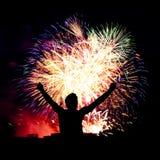 Traînées de feu d'artifice en ciel de nuit, célébration Image stock