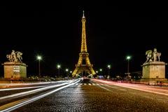 Traînées de feu de Tour Eiffel et de signalisation pendant la nuit, Paris, franc Photos stock