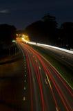 Traînées de lumière d'autoroute la nuit Photographie stock libre de droits