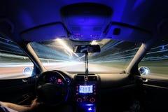 Traînées de lumière de voiture, conducteur à l'intérieur Photographie stock libre de droits