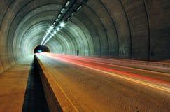 Traînées de lumière de voiture dans le tunnel Photographie stock