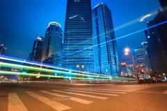 Traînées de lumière de voiture de voies urbaines des bâtiments modernes Image stock