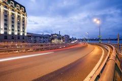 Traînées de lumière de voiture et paysage urbain Photographie stock