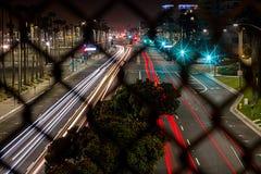 Traînées de lumière du trafic occupé sur la route de Côte Pacifique dans le Huntington Beach du centre, CA images stock
