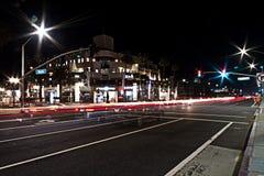 Traînées de lumière du trafic occupé sur la route de Côte Pacifique et le Main Street dans le Huntington Beach du centre, CA photos stock