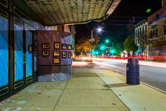 Traînées de lumière et la vieille salle de cinéma à Hannovre, Pennsylvanie image stock