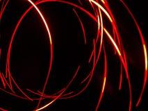 Traînées de lumière rouge contre la nuit foncée photos libres de droits