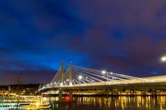 Traînées de lumière sur le croisement de Tilikum à l'heure bleue Image libre de droits
