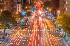 traînées de lumière de voiture sur Manhattan image stock
