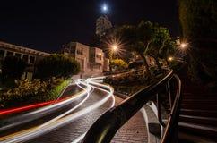 Traînées de voiture la nuit à la rue de Lomard, San Francisco images stock